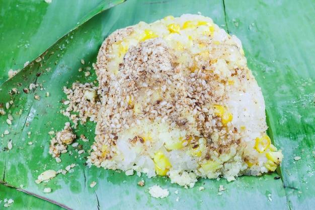 Na liściu bananowca ryż i ziarna