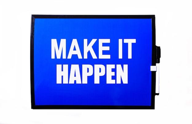 Na niebieskiej powierzchni biały napis make it happen