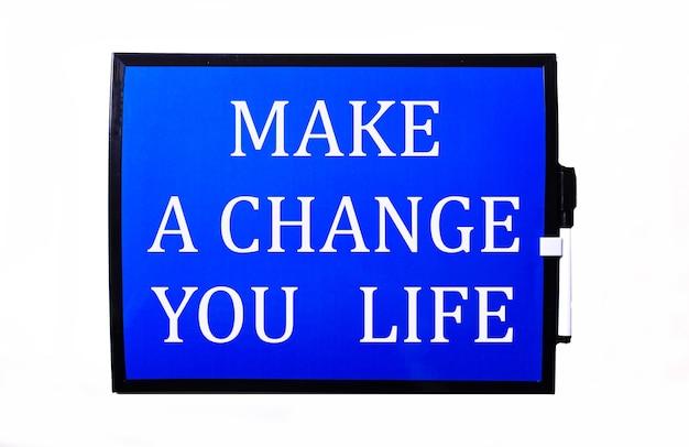 Na niebieskiej powierzchni biały napis zmień swoje życie