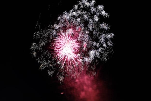 Na nocnym niebie wybuchają fajerwerki, które tworzą świąteczną atmosferę