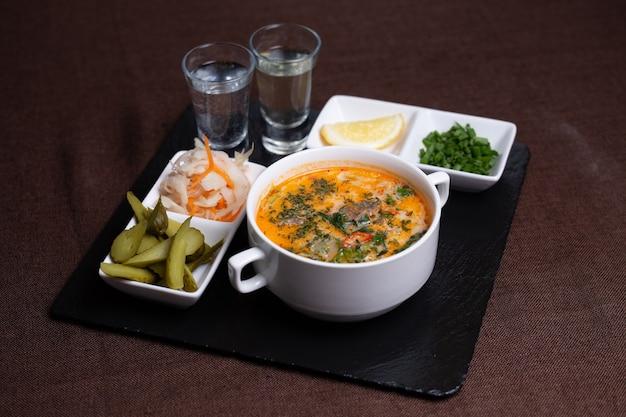Na obiad zupa z piklami, kapustą i wódką.