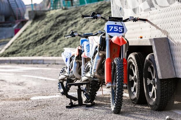 Na parkingu górskie motocykle terenowe