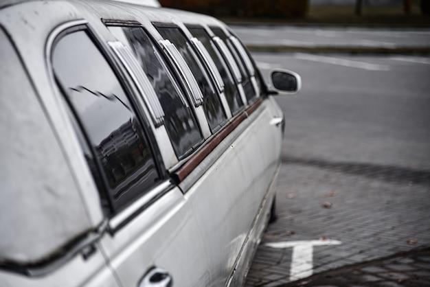 Na parkingu stoi stara limuzyna