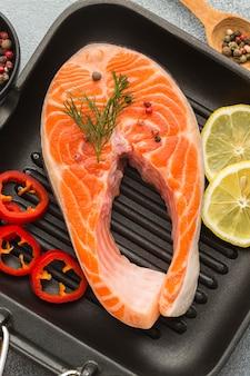 Na patelni połóż łososia i cytrynę