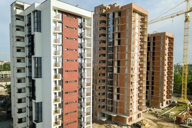 Na placu budowy powstają wieżowce mieszkalne i żuraw wieżowy. rozwój nieruchomości.