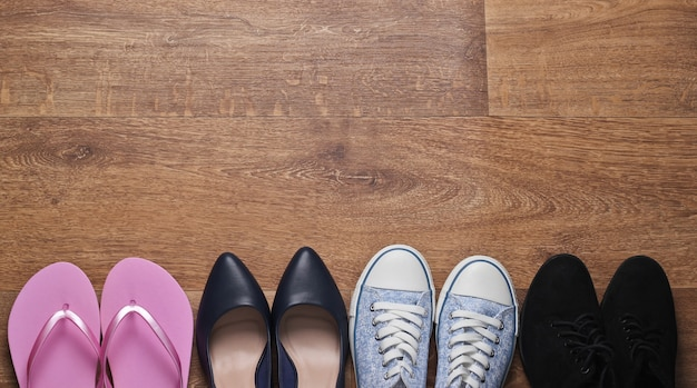 Na podłodze różne damskie buty. widok z góry. skopiuj miejsce