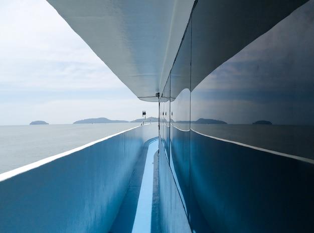 Na pokładzie statku. widok na ocean i okna boczne