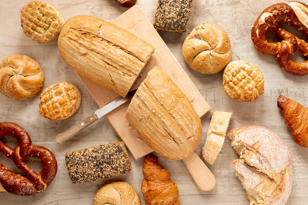Na pół pocięty chleb i wyroby cukiernicze