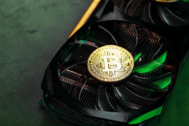 Na potężnych fanach karty graficznej znajdują się monety bitcoin