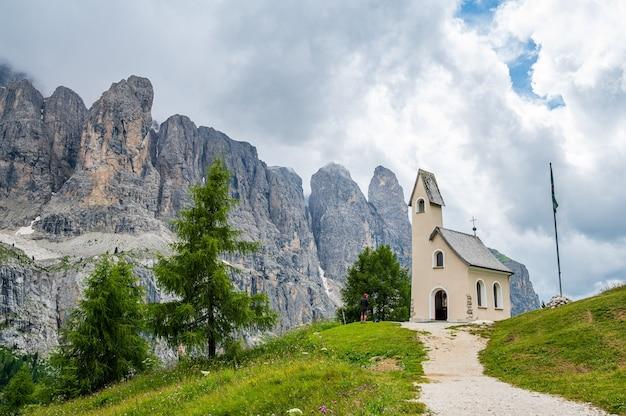 Na przełęczy gardena znajduje się ten mały biały kościółek z widokiem na grupę sella w sercu dolomitów