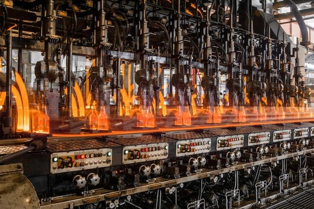 Na przenośniku butelki szklane są pasteryzowane z ogniem produkcja butelek szklanych