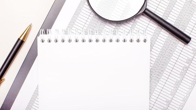 Na pulpicie lupa, raporty, długopis i notes z miejscem na wstawianie tekstu. szablon. pomysł na biznes
