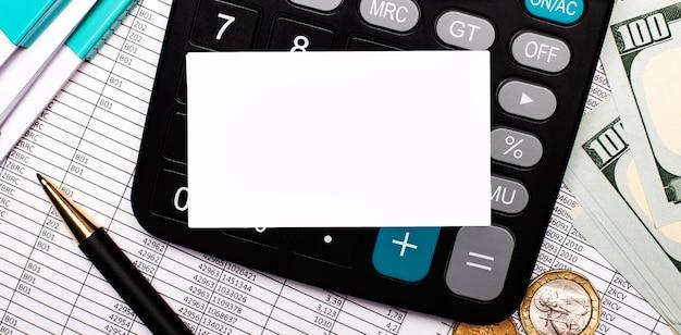 Na pulpicie są raporty, monety, kalkulator, długopis, dokumenty i pusta biała karta do wstawiania tekstu