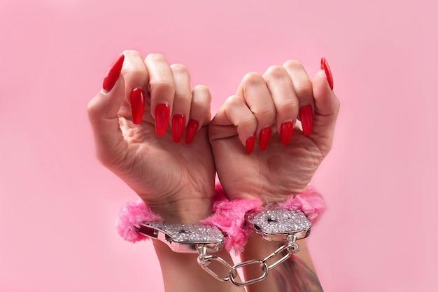 Na różowej ścianie produkt erotyczny, zabawka dla dorosłych