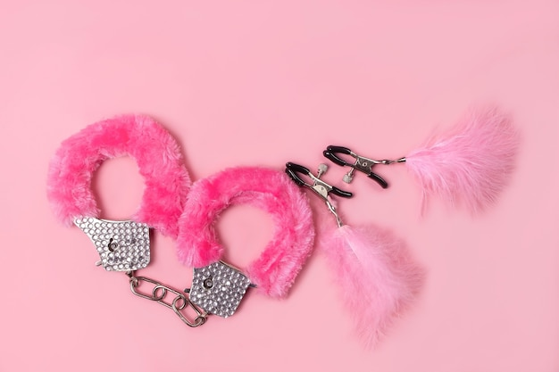 Na różowym tle produkt erotyczny, zabawka dla dorosłych