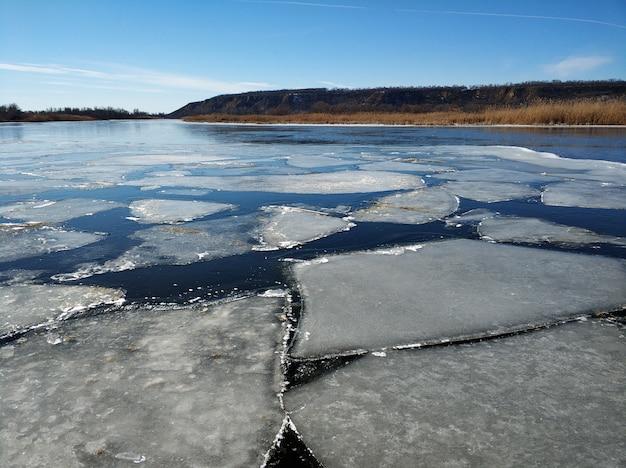 Na rzece unoszą się kry lodowe. odwilż pod koniec zimy.