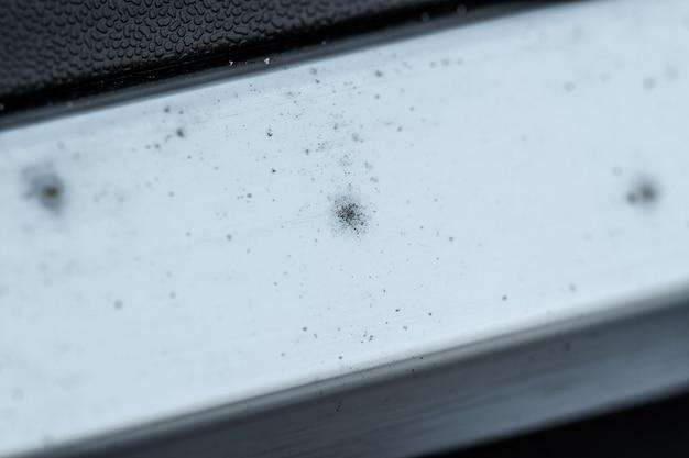 Na samochodzie pojawiają się ślady korozji lub rdzy.