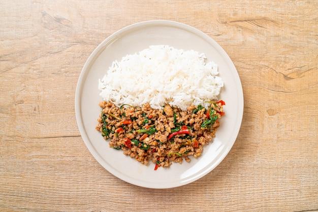 Na smażonym ryżu wymieszaj smażoną tajską bazylię z mieloną wieprzowiną