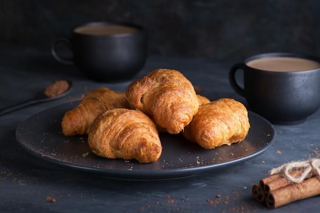 Na śniadanie filiżanka kawy z rogalikami. pojęcie śniadania.