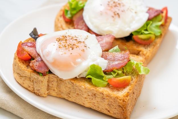 Na śniadanie pełnoziarnisty chleb tostowy z warzywami, bekonem i jajkiem lub jajkiem po benedyktyńsku