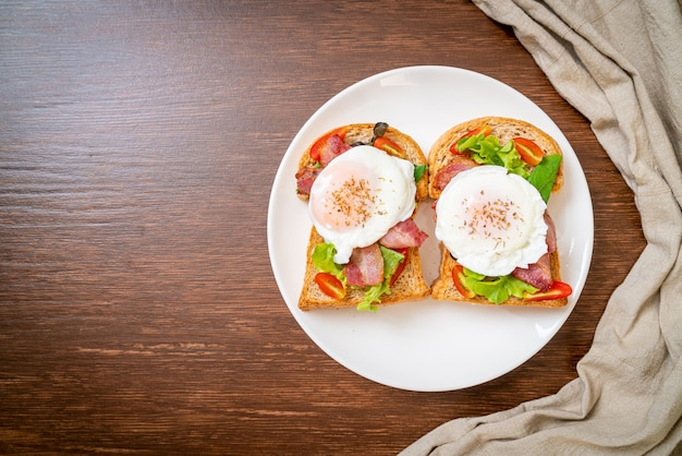 Na śniadanie pełnoziarnisty chleb tostowy z warzywami, boczkiem i jajkiem lub jajkiem po benedyktyńsku