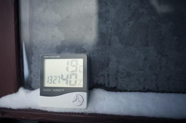 Na śniegu zainstalowany jest elektroniczny termometr i higrometr do kontroli temperatury i wilgotności. wskaźnik wilgotności jest wskazywany na higrometrze urządzenia