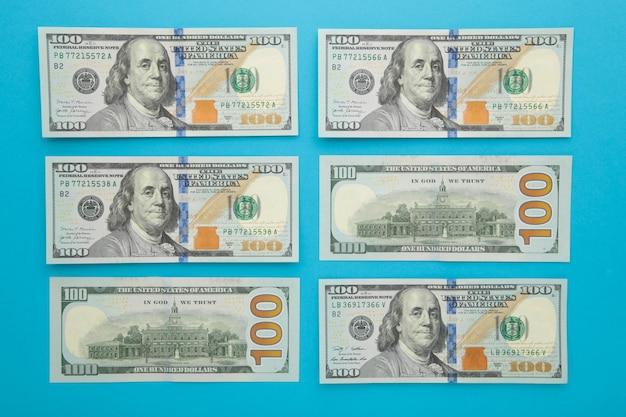 Na środku banknot sto dolarów