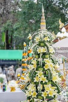 """Na stole czekają tajskie """"ofiary ryżowe"""", sum, kokos, pomelo, banan, gotowe do ceremonii buddyjskiej."""