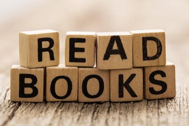 Na stole klocki z zabawkami ze słowami czytaj książki