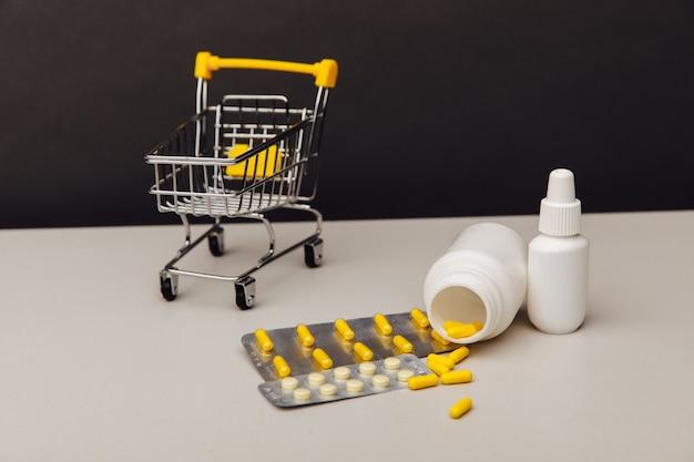 Na stole koszyk z gotowymi lekami na receptę wysyłanymi z apteki wysyłkowej