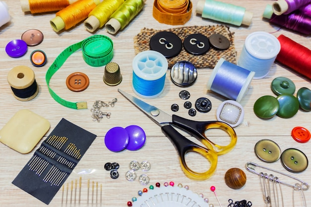 Na stole leżą różne akcesoria do szycia i robótek ręcznych