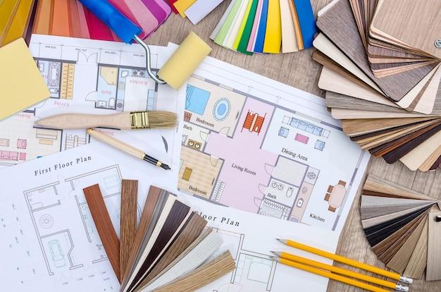 Na stole leżał plan domu, kolorowe i drewniane projekty, narzędzia pracy