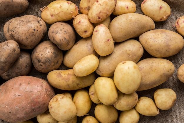 Na stole leżały surowe ziemniaki