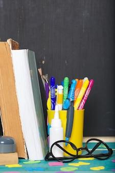 Na stole leży papeteria z powrotem do szkoły. tablica tło