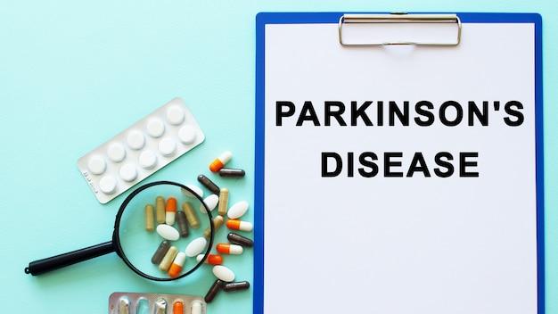 Na stole obok narkotyków leży podkładka z papierem, a strzykawka z napisem parkinsons disease
