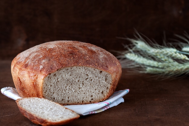 Na stole świeżo upieczony domowy chleb