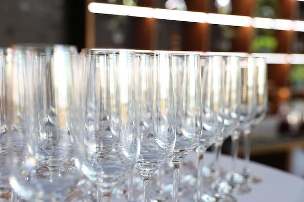 Na stole w restauracji stoją czyste puste szklanki?
