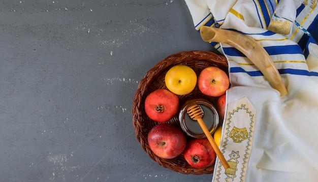 Na stole w synagodze znajdują się symbole jabłka rosz haszana i granatu, talof szofar