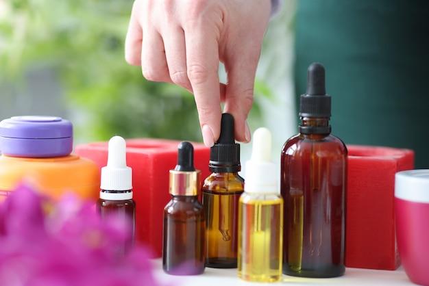 Na stole znajdują się aromatyczne olejki do masażu. koncepcja olejków eterycznych