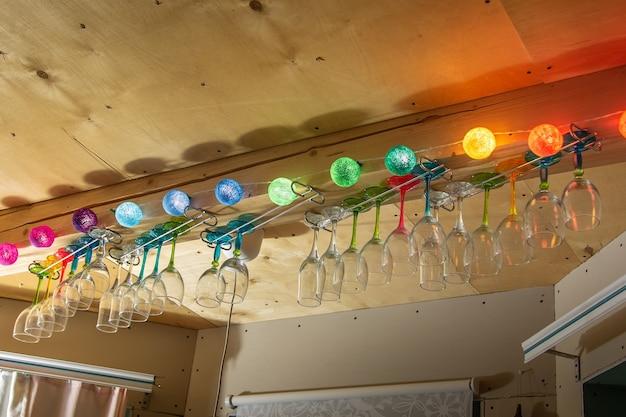 Na suficie wiszą kolorowe okulary. świecące girlandy. przymocowany do drewnianego stropu belkowego.