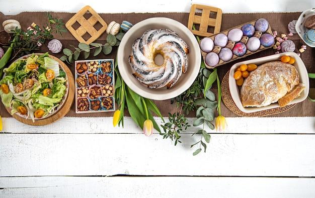 Na świąteczny stół wielkanocny podawany z jedzeniem.