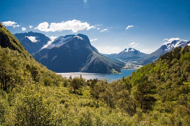 Na szczycie góry z niesamowitymi widokami na alpy sunnmore w norwegii