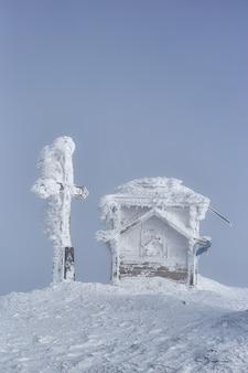 Na szczycie mountaine petros. zima w górach. petros, chornohora. ukraina