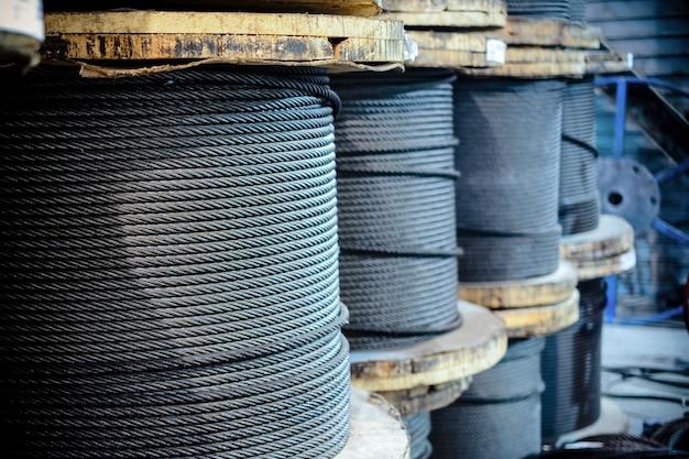 Na terenie fabryki znajdują się duże bębny kablowe. produkcja warsztatowa zawiesi kablowych.
