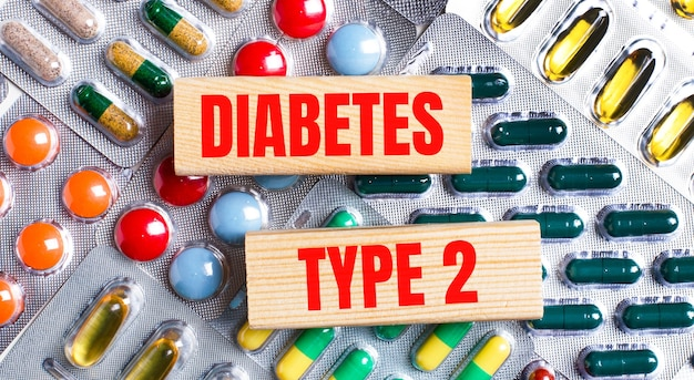Na tle wielobarwnych tabliczek drewniane klocki z napisem cukrzyca typu 2. pojęcie medyczne.