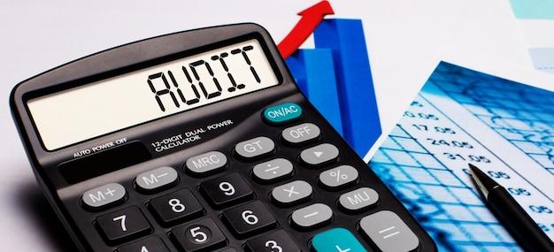 Na wyświetlaczu kalkulatora znajduje się napis audit