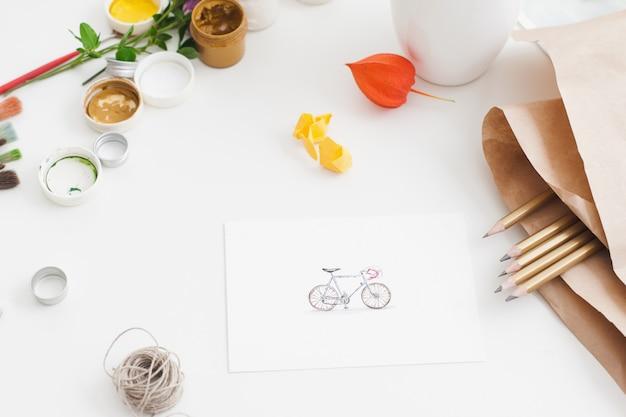 Na zdjęciu rower z przyborami do rysowania