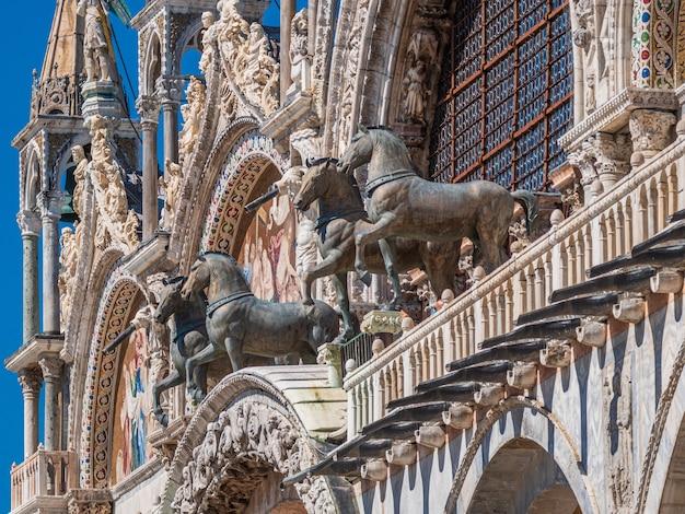 Na zewnątrz bazyliki świętego marka znajdującej się w wenecji we włoszech w ciągu dnia