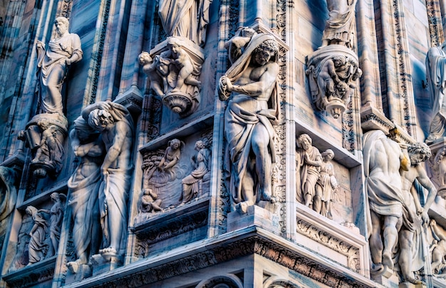 Na zewnątrz katedry mediolańskiej