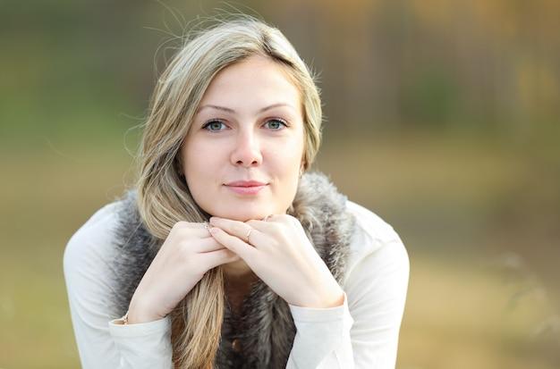 Na zewnątrz ładny portret młodej dziewczyny